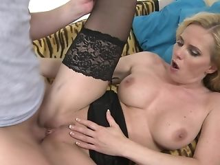 Mummy Paulina W. Gets Fingerblasted And Fucked By Junior Stud